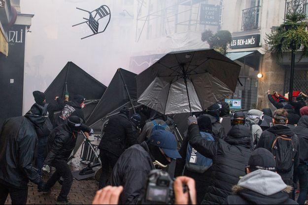 Heurts entre forces de l'ordre et manifestants à Nantes, samedi après-midi.