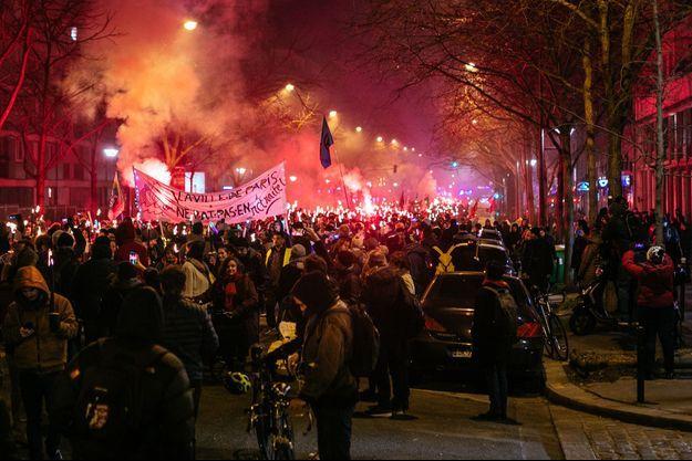 Une retraite aux flambeaux à Paris, jeudi 23 janvier.