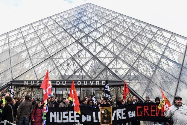 Les manifestants devant la pyramide du Louvre, à Paris.