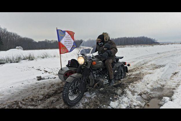 Le 3 décembre 2012, Sylvain Tesson commence son périple. Sur son Ural, un side-car de fabrication russe, il traverse le champ de bataille de Borodino, à 100 kilomètres de Moscou.
