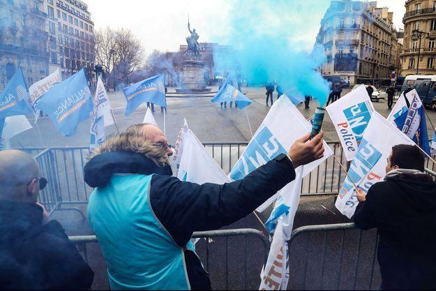 Manifestation de policiers devant le palais d'Iéna, siège du Conseil économique social et environnemental, où le Premier ministre a dévoilé la réforme des retraites du gouvernement, mercredi.