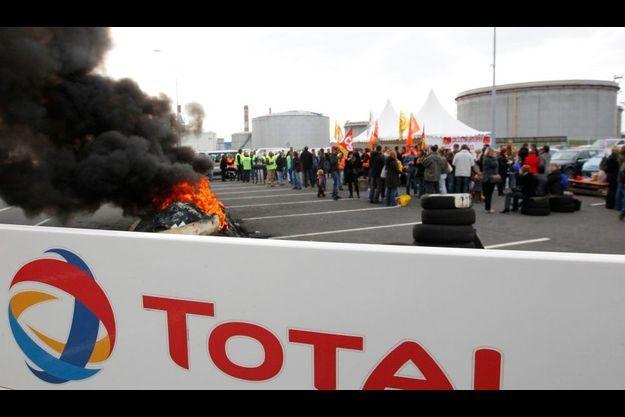 La police est intervenue tôt ce matin pour débloquer le dépôt de Donges (photo), mais aussi de La Rochelle.