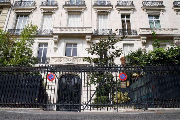 Devant les propriétés parisiennes de Jeffrey Epstein, avenue Foch.