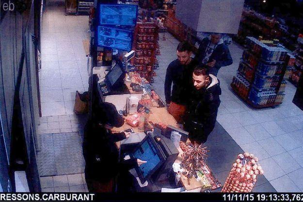 Salah Abdeslam (à dr.) sur des images de vidéosurveillance prises le 11 novembre 2015 dans une station service de Ressons-sur-Matz, dans l'Oise. A ses côtés, Mohamed Abrini.
