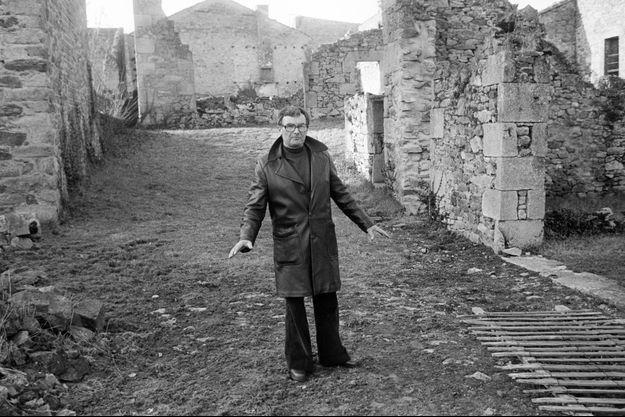 Robert Hebras dans les ruines du village. 13/01/1976