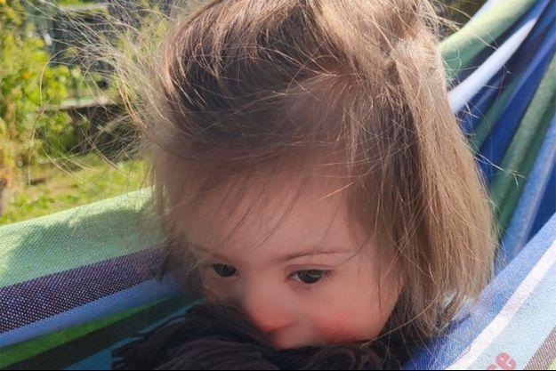 La petite Louise dans un hamac.
