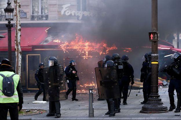 Le Fouquet's incendié samedi dernier.