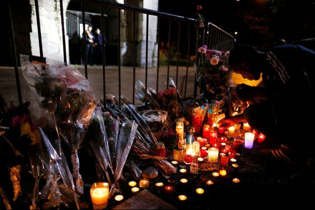 Des fleurs et des bougies devant l'église de Saint-Etienne-du-Rouvray, mercredi.