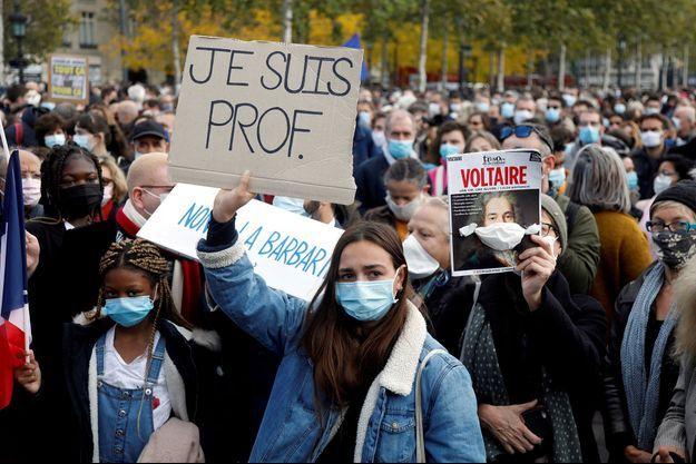 Photo prise lors du rassemblement en hommage à Samuel Paty, le dimanche18 octobre, à Paris.