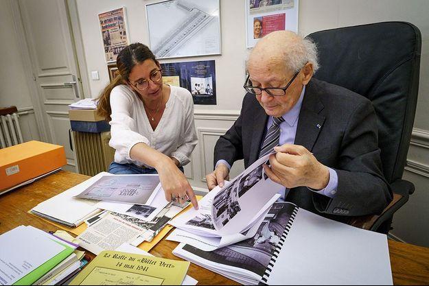 Serge Klarsfeld avec Lior Lalieu-Smadja; responsable de la photothèque du Mémorial de la Shoah, le 29 avril à Paris.