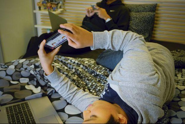 Smartphone, tablette... Ados surconnectés : l'overdose