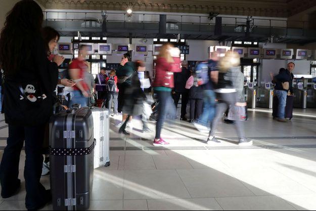 Des voyageurs en gare de Nice, le 18 octobre.