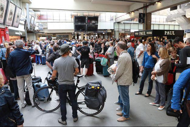 Les voyageurs étaient coincés dimanche gare Montparnasse.