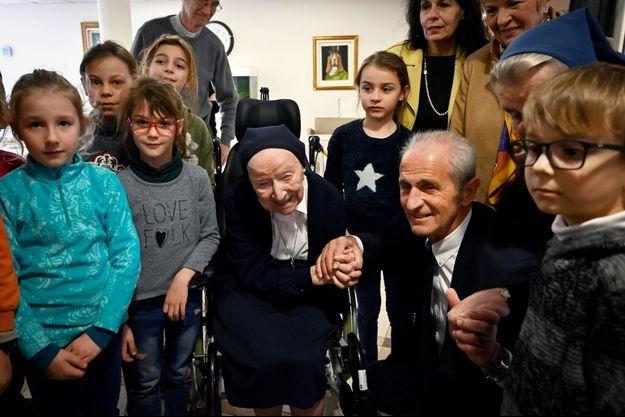 Soeur André et le maire de Toulon Hubert Falco entourés d'enfants, le 11 février 2020.