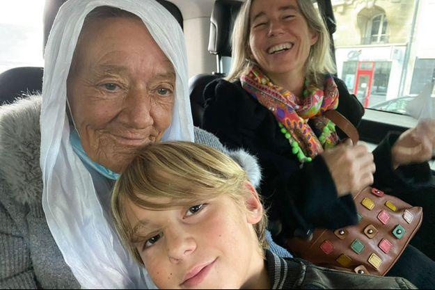 Avec Séverine, sa belle-fille, et Nino, son petit-fils, dans un taxi pour la gare de Lyon, à Paris, le 10 octobre. Destination la Suisse, où vit Sébastien.