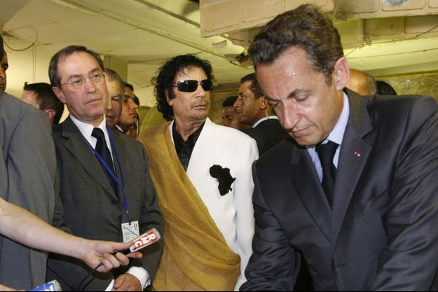 Claude Guéant, Mouammar Kadhafi et Nicolas Sarkozy, à Tripoli en juillet 2007