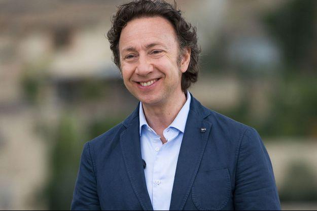 """Stéphane Bern lors du tournage du """"plus beau village de France""""."""