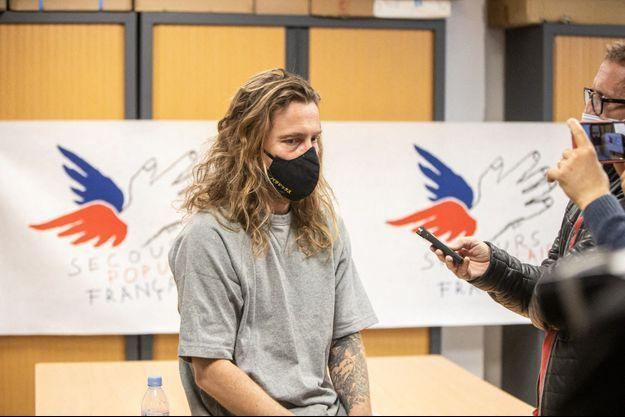 Julien Doré lors d'une conférence de presse avec le Secours populaire pour parler de sa tombola, en novembre dernier.