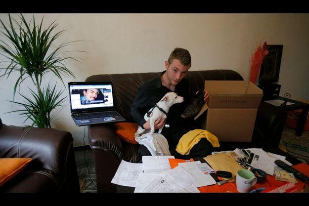 Pour toute explication, Julien, 26 ans, le fils aîné de Fred, n'a reçu qu'un carton. Il est train de vider le carton qui contenait les affaires de son père en prison : deux serviettes sales, une ceinture, une paire de chaussures, ses clefs et ses papiers. A ses côtés, l'ordinateur de son père avec sa photo placée sur un site de rencontres.