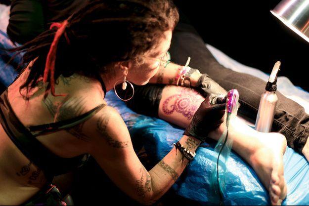 Gina, tatouée par Kat, ne craint pas de voir son oeuvre se flétrir au fil des ans : « Elle fait partie de moi. »