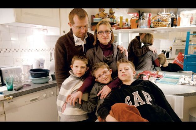 Samedi 27 novembre dans la cuisine de leur maison de Sannois (Val-d'Oise), Cyril et Séverine Bekier avec leurs trois fils, Nathaël, 7 ans, Maxence, 9 ans et Florentin, 11 ans.