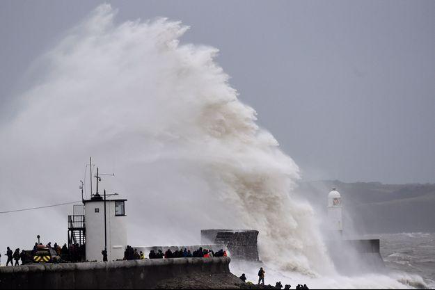 Une vague au Pays de Galles, dimanche.