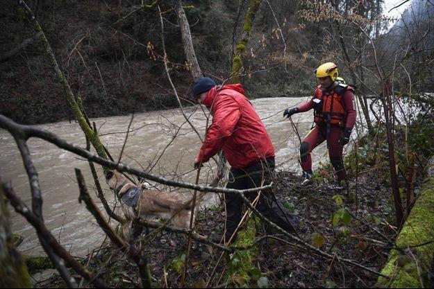 Deux hommes lors de l'opération de sauvetage en Isère pour retrouver le sapeur-pompier, le 4 janvier.
