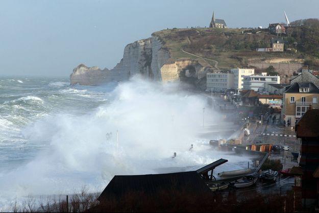 Les falaises d'Etretat balayées par les vagues.