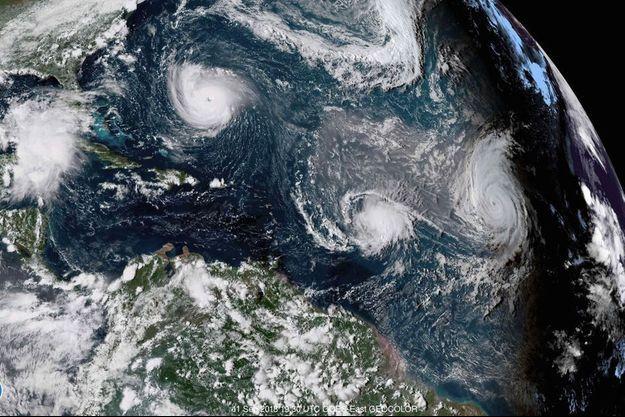 Vue satellite de l'océan Atlantique le 11 septembre, montrant l'ouragan Florence à gauche, la tempête tropicale Isaac au centre et l'ouragan Helene à droite.