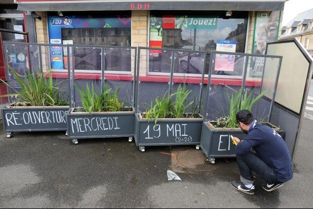 Un patron de bar qui attend la réouverture de sa terrasse, le 19 mai, dans le Calvados.