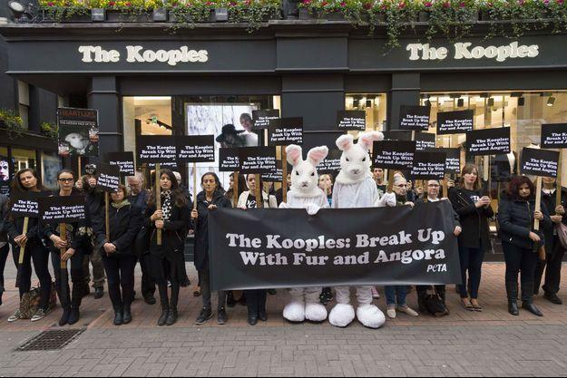 Manifestation anti-fourrure de PETA devant The Kooples à Londres, en octobre 2015.