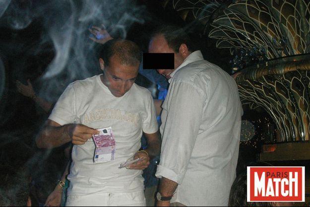 En août 2006, aux Caves du Roy, une célèbre boîte de nuit à Saint-Tropez, avec un ami financier. C'est une époque faste pour Thomas Fabius.