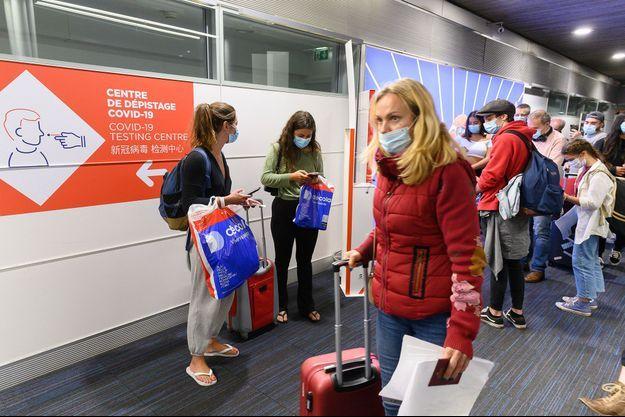 Des passagers à Roissy le 25 avril.