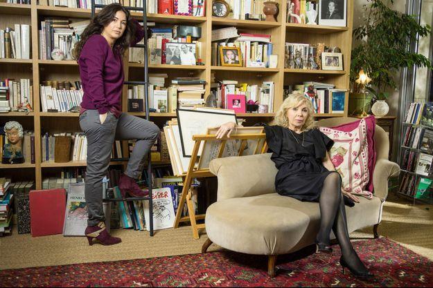 Avec sa fille Elsa (à g.), Maryse Wolinski dans l'appartement parisien où elle s'est récemment installée