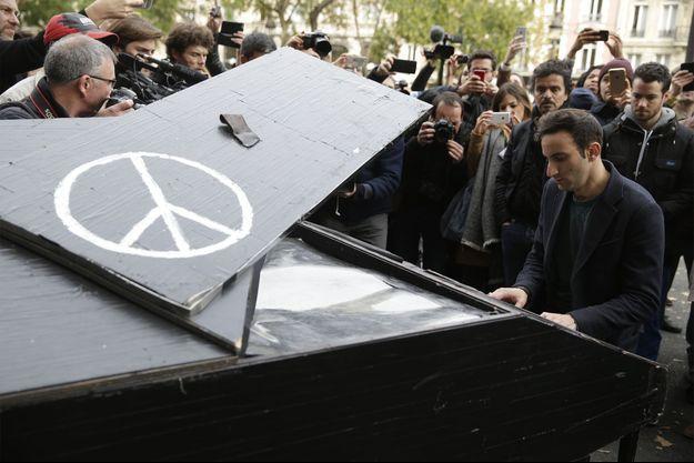 L'anonyme est venu jouer du piano en hommage aux victimes