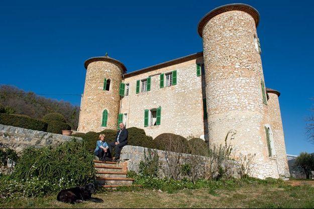 Les propriétaires du château de Beauregard à Mons, occupé par la même famille depuis le XVe siècle. En vente avec ses 200 hectares dans l'arrière-pays varois pour 4 millions d'euros.