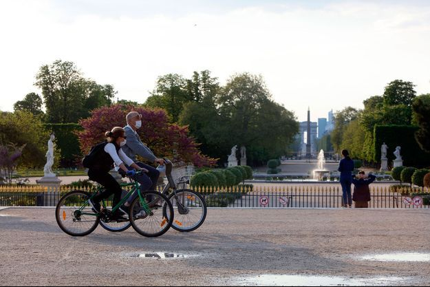 Promenade à Paris au jardin des Tuileries, dimanche de Pâques.