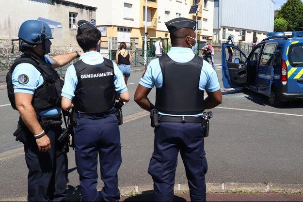 Au Lardin-Saint-Lazare, dimanche, des gendarmes se tiennent à proximité d'un véhicule d'intervention dont les pneus ont été crevés par l'homme en fuite.