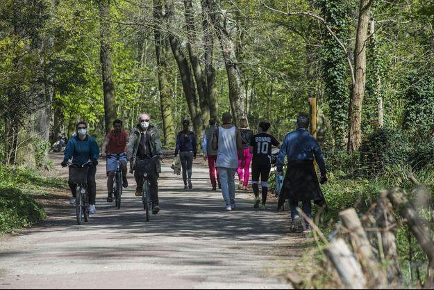 Malgré le confinement, des Franciliens se sont promenés au bois de Vincennes dimanche 5 avril 2020.