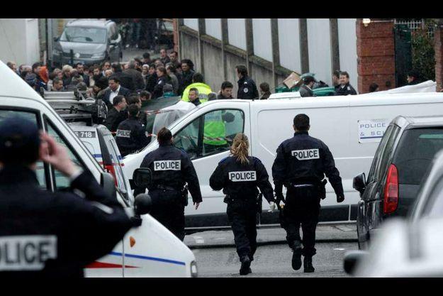 La police est déployée en nombre sur les lieux de la fusillade.