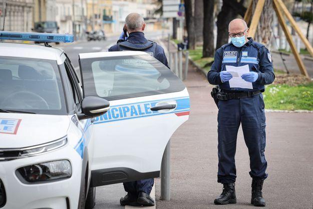 Contrôle de police à Nice le 30 mars 2020.