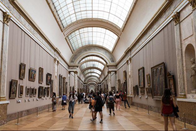 Des visiteurs au musée du Louvre (image d'illustration).