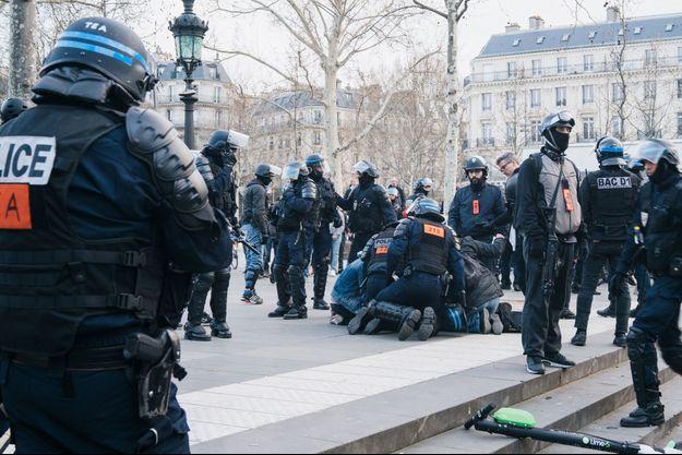 Le policier a été pris en charge immédiatement par les secours.