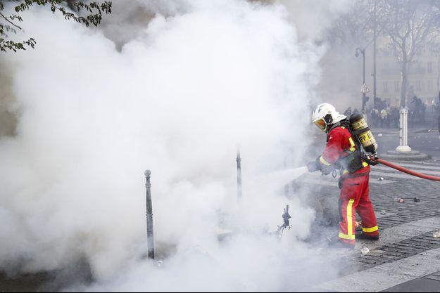 Un pompier à Paris, samedi (photo d'illustration).
