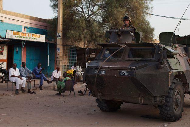 Un soldat français patrouille à bord d'un tank à Tombouctou, dans le centre du Mali.