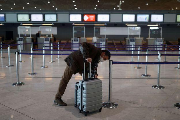 Un voyageur à l'aéroport de Roissy Charles-de-Gaulle.