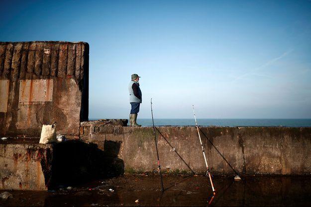Un pêcheur à Boulogne-sur-Mer.