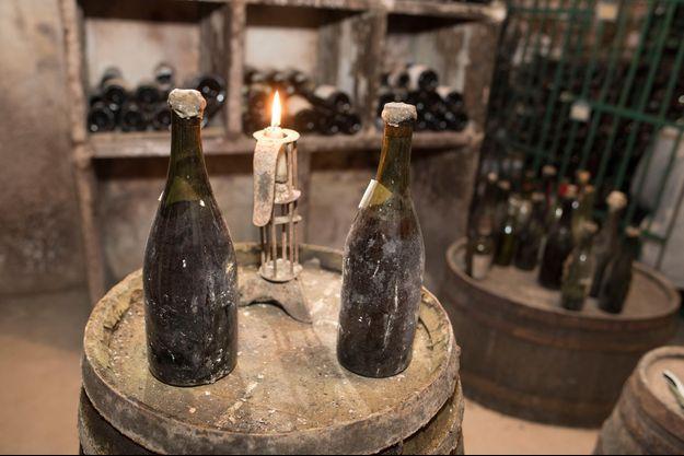 Deux bouteilles de Vin Jaune du Jura, à Arbois.