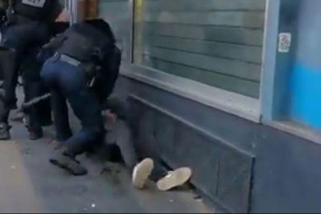 Une enquête est ouverte à Paris après qu'une vidéo montrant un policier frappant un manifestant à terre.