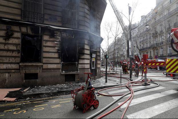 Le feu a d'abord pris dans une banque en bas de l'immeuble.
